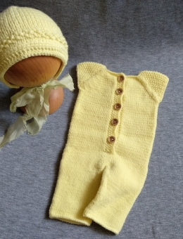 Short-sleeve sleepsuit and bonnet for a reborn baby
